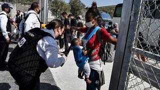 Yunanistan: Sisam'da cezaevine benzetilen 'kapalı' kampa tahliyeler başladı