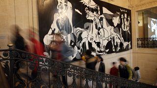 عرض لجدارية غارنيكا، وهي من أشهر أعمال بيكاسو صور فيها أهوال الحرب الأهلية الإسبانية في متحف بيكاسو في باريس، فرنسا.