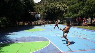 Jugadores guatemaltecos practican el juego de pelota maya, 18/9/2021, San Juan La Laguna, Guatemala