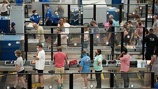 مسافرون يضعون كمامات عند نقطة تفتيش أمنية في مطار دنفر الدولي، 24 أغسطس 2021