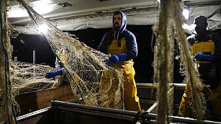 Francia halászhajó munkában - drágább lehet az üzemanyag