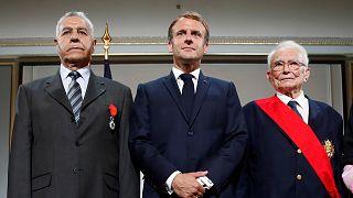 الرئيس الفرنسي إيمانويل ماكرون خلال مراسم تكريم الحْركيين في قصر الإليزيه