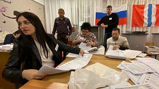 Rusça Seçim Komisyonu üyeleri, oyları sayarken