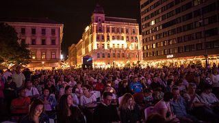Nézők a Bazilika előtt egy korábbi filmmaratonon