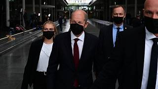 وزير المالية والمرشح لرئاسة المستشارية أولاف شولتز وأعضاء آخرين بعد جلسة الاستماع  في برلين، ألمانيا.