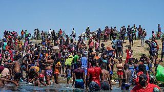 Migrantes haitianos atravessam perto de Del Rio, no Texas