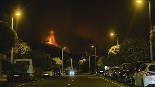 Huida de el Paso, en la isla canaria de La Palma, ante el avance de las coladas de lava, la noche del lunes 20 de septiembre
