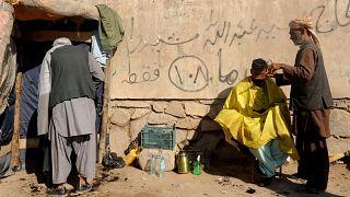 حلاق أفغاني يقص شعر حريف في مدينة هرات. 2013/02/10