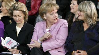 Von links: Ursula von der Leyen (damals, 2009, Bundesfamilienministerin), Bundeskanzlerin Angela Merkel und die Verlegerin Alice Schwarzer am 26.01.2009