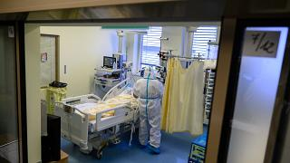 Védőfelszerelést viselő ápoló a Fejér Megyei Szent György Egyetemi Oktató Kórházban, Székesfehérváron 2021. április 28-án.