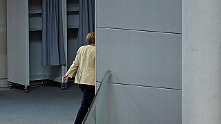La Cancelliera Angela Merkel verso l'uscita