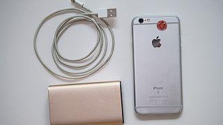 Apple iPhone, bağlantı kablosu ve güç bankası