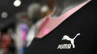 """شعار شركة الملابس الرياضية الألمانية """"بوما"""" خلال المؤتمر الصحفي السنوي للشركة، في 19 فبراير 2020، في هرتسوجيناوراخ، جنوب ألمانيا."""