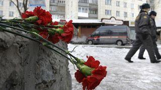 Gyász és emlékezés az oroszországi lövöldözés helyszínén