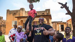 Le Burkina Faso célèbre son champion de soulever de bûches