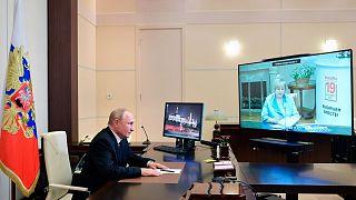 ولادیمیر پوتین در حال صحبت کردن با رئیس کمیسیون انتخاباتی روسیه
