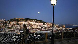 Frau in Lissabon guckt auf die Innenstadt, 19.09.2021