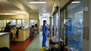 Maszkot viselő ápoló  a Fejér Megyei Szent György Egyetemi Oktató Kórházban, Székesfehérváron 2021. április 28-án.