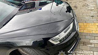Следы от пули на машине помощника Зеленского.