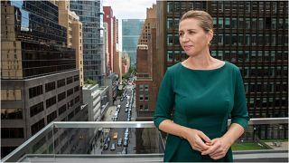 رئيسة وزراء الدنمارك ميت فريدريكسن على شرفة القنصلية العامة للدنمارك في نيويورك ويظهر في الخلفية مبنى مقر الأمم المتحدة الاثنين، 20 أيلول،/سبتمبر 2021