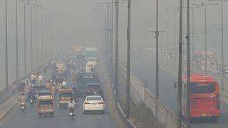 تسير المركبات على طريق سريع حيث يلف التلوث منطقة لاهور، باكستان، الأربعاء 11 نوفمبر 2020