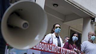 Εργαζόμενοι στον τομέα της υγείας έξω από το υπουργείο Υγείας διαμαρτύρονται κατά του υποχρεωτικού εμβολιασμού κατά Covid-19