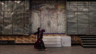 نساء في العاصمة الأفغانية أمام صالون حلاقة نسائي مغلق