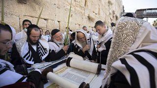 Ultraorthodoxe jüdische Männer beten während des jüdischen Feiertags Sukkot an der Klagemauer, dem heiligsten Ort, an dem Juden in der Altstadt von Jerusalem beten können.
