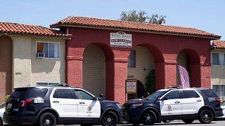 تحقق شرطة لوس أنجلوس في موقع جريمة قتل حيث تم العثور على ثلاثة أطفال صغار قتلى في شقق فيلا في كاليفورنيا، 10 أبريل 2021