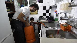 مواطن إسباني يبدّل أنبوبة الغاز داخل منزله