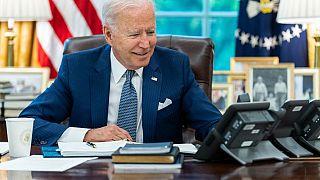 Sur cette photo diffusée par la Maison Blanche, le président Joe Biden est au téléphone avec son homologue français Emmanuel Macron, 22/09/2021