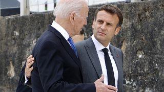 الرئيسان الأمريكي والفرنسي يتبادلان الحديث على هامش قمة مجموعة السبع. 11/06/2021