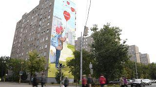 A járvány elleni védekezés frontvonalában helytálló egészségügyi dolgozók tiszteletére készült ötszáz négyzetméteres falfestmény egy csepeli panelház falán