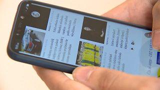 Nutzer surft auf Xiaomi-Gerät