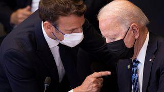 الرئيس الفرنسي إيمانويل ماكرون يتحدث إلى الرئيس الأمريكي جو بايدن.