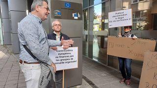 Francia, angol és német nyelvű táblákkal üzenetek a petíció átadásakor Brüsszelnek