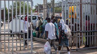 A hazaszállított illegális bevándorlók távoznak a port-au-prince-i Toussaint Louverture repülőtérről 2021. szeptember 21-én.