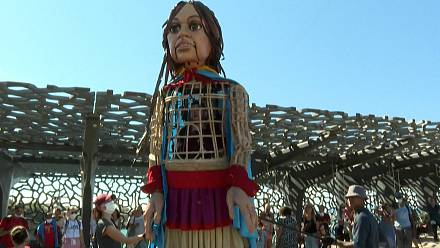 Marseille: a giant puppet alerts on the fate of migrant children