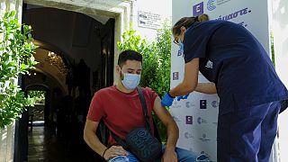 Εμβολιασμός κατά Covid-19 σε προαύλιο χώρο εκκλησίας.