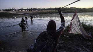 Des migrants haïtiens tentent de traverser le Rio Grande marquant la frontière entre le Mexique et les Etats-Unis - le 23/09/2021