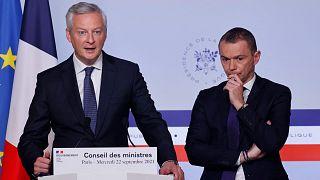 وزير الاقتصاد والمالية الفرنسي برونو لو مير (إلى اليسار)، يلقي كلمة لتقديم مشروع قانون المالية الفرنسي لعام 2022، باريس، 22 سبتمبر 2021.