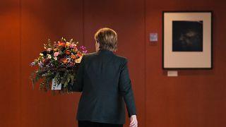 ميركل مغادرة بعد لقائها بممثلين عن إحدى الجمعيات في برلين (أرشيف)