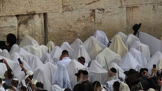 Thousands of Jewish worshippers flock to the Western Wall for Sukkot