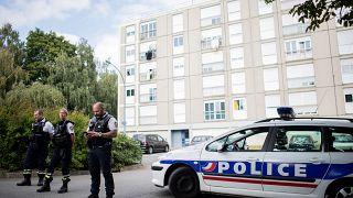 عناصر من الشرطة الفرنسية تقف أمام إحدى المباني