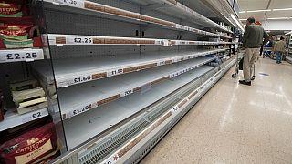 Vista de estanterías vacías en un supermercado Tesco en Manchester, Reino Unido, 12/9/2021