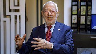 رئيس البرلمان التونسي وزعيم حزب النهضة راشد الغنوشي يتحدث خلال مقابلة مع وكالة فرانس برس في مكتبه بالعاصمة تونس، 23 سبتمبر 2021