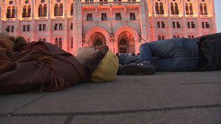 A földön fekve tüntettek a klímavédők Budapesten a Parlament előtt
