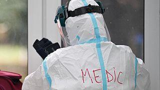 Orvos teljes védőfelszerelésben egy bukaresti kórházban