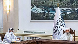 وزير الخارجية القطري الشيخ محمد بن عبد الرحمن آل ثاني (إلى اليسار) مع رئيس الوزراء الأفغاني الجديد الملا محمد حسن أخوند في كابول - 12 سبتمبر 2021