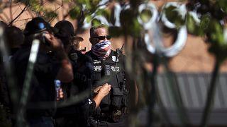 شرطيون امركيون متجمعون في مرآب إثر إطلاق نار في كولييرفيل. 2021/09/23